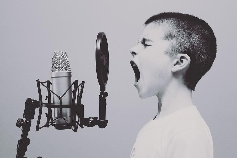 Petit garçon qui crie dans un micro