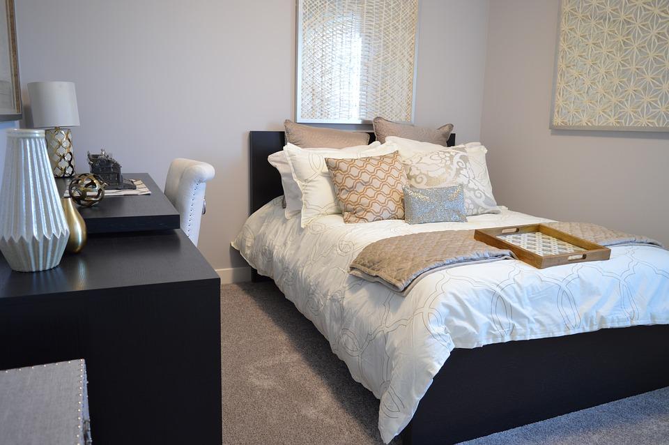 Chambre à coucher avec du beau linge de lit