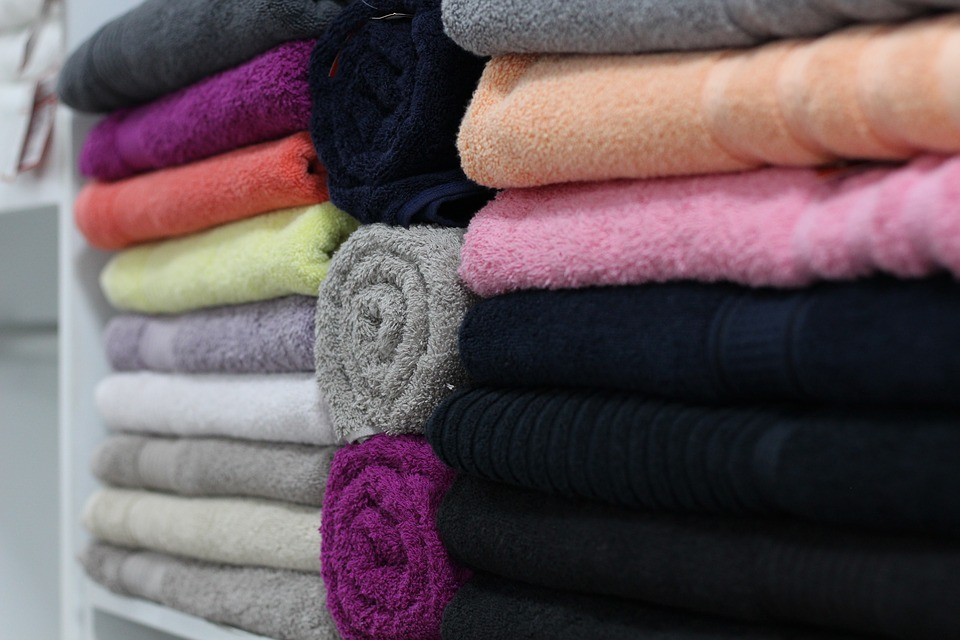 Pile de serviettes de bain de toutes les couleurs