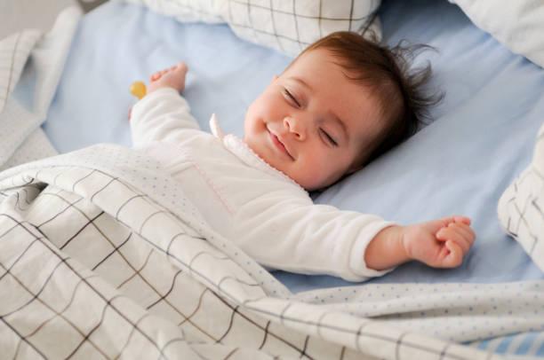Bébé au frais dans sa chambre heureux et souriant