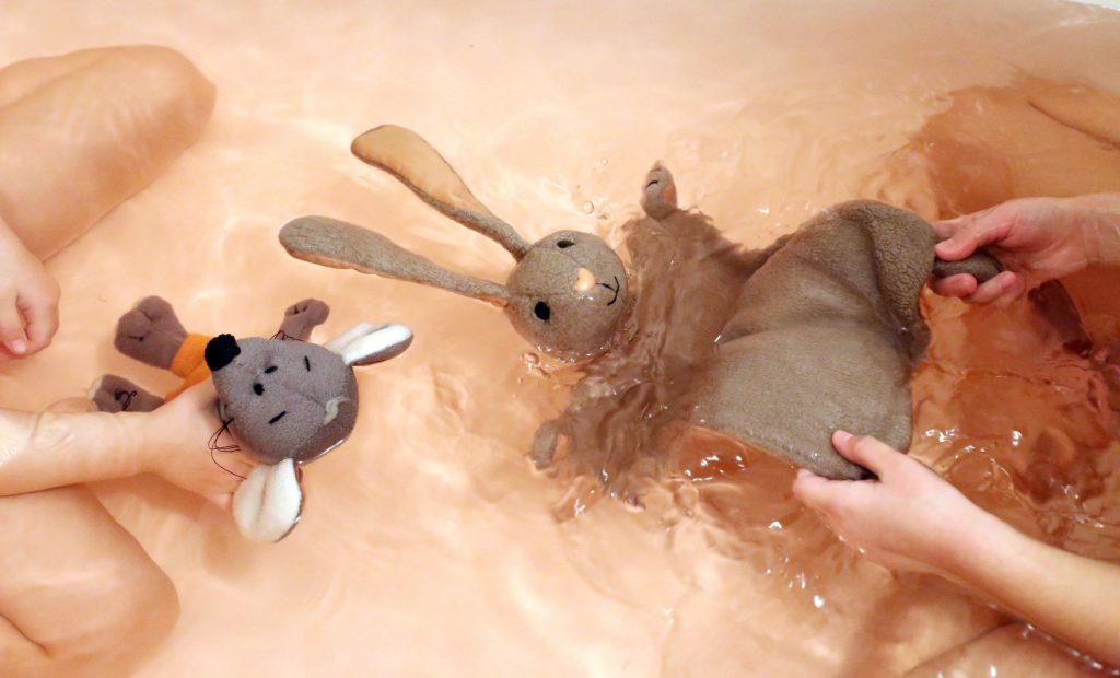 des enfants avec leur doudou dans le bain