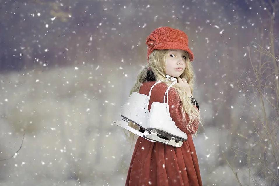 Petite fille habillée avec des vêtements à la mode en hiver