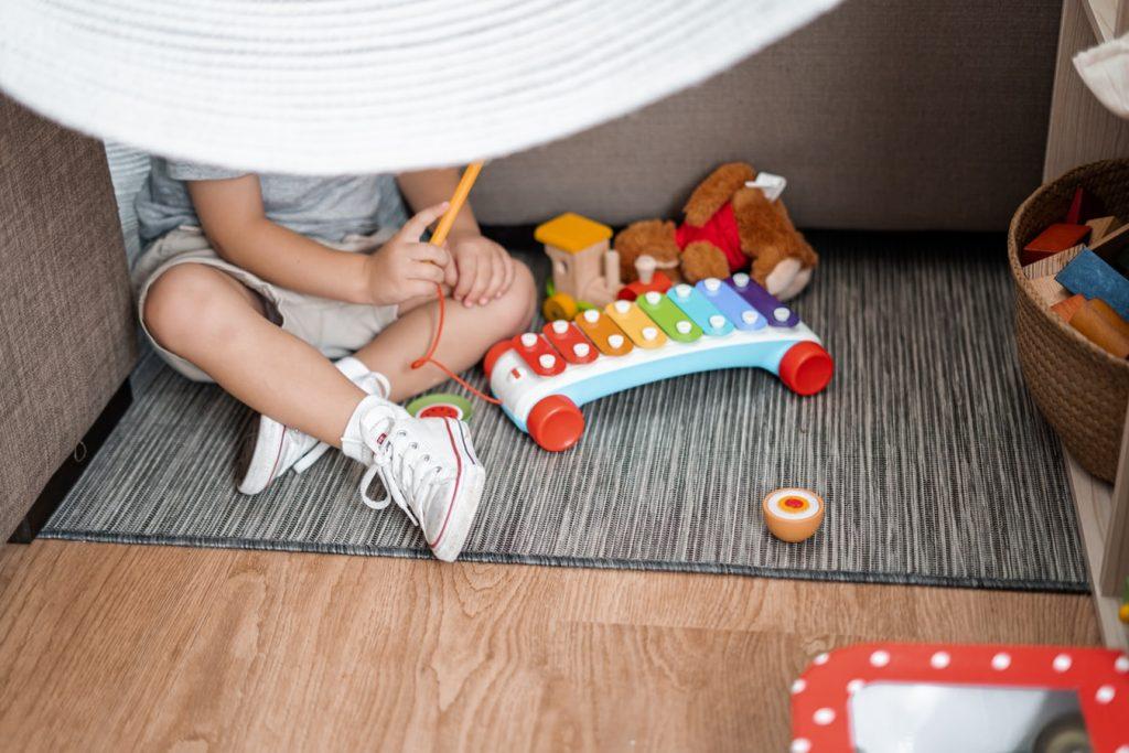 Enfant qui joue avec ses jouets dans sa chambre
