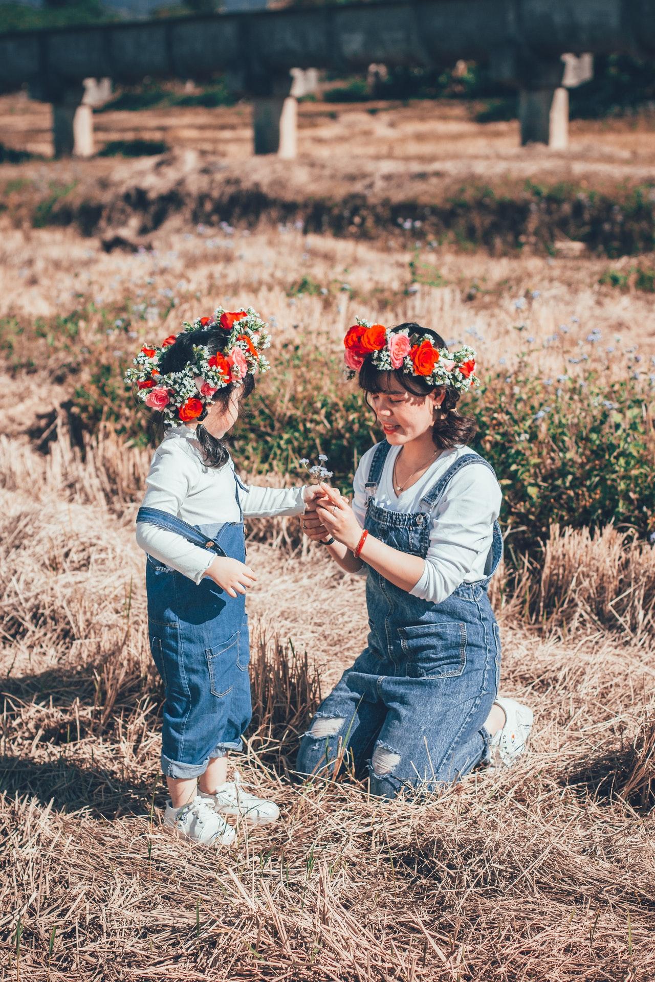 maman et fille habillée de façon similaire avec une salopette en jean et couronne de fleurs