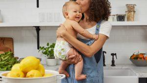 maman avec son bébé en couche dans les bras