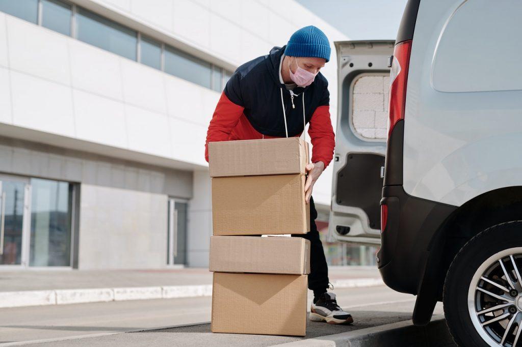 personne qui charge des cartons dans un camion